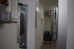 Přístupový systém s elektromagnetem